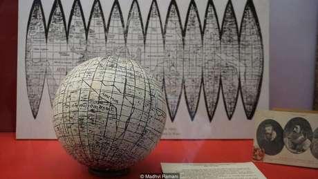 O globo impresso ao lado do mapa de Waldseemüller indica que os europeus medievais sabiam que a Terra era redonda