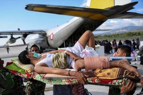 Aviões militares estão transportando feridos