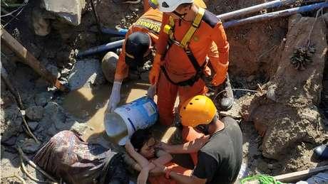 Equipes de resgate enfrentam dificuldades para acessar áreas atingidas