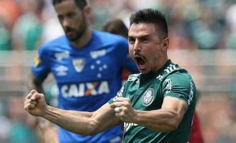 Willian durante a vitória do Palmeiras sobre o Cruzeiro, no Pacaembu (Foto: Cesar Greco)
