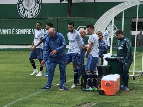Felipão conversa com Moisés e Edu Dracena no treino desta segunda-feira (Foto: Thiago Ferri)