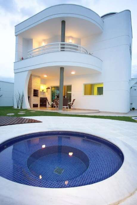 11. Área externa com piscina pequena redonda. Projeto de Aquiles Nicolas Kilaris