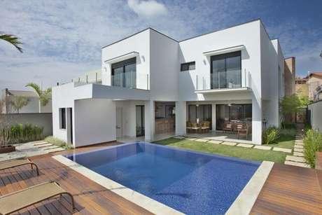 15. Casa moderna com piscina pequena e deck de madeira. Projeto de Guardini Stancati
