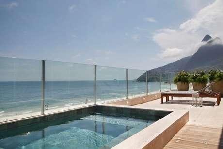 16. Deck com piscina pequena suspensa e vista para a praia. Projeto de Izabela Lessa