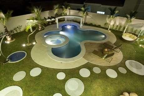 32. Jardim com piscina grande e piscina pequena. Projeto de Aquiles Nicolas Kilaris