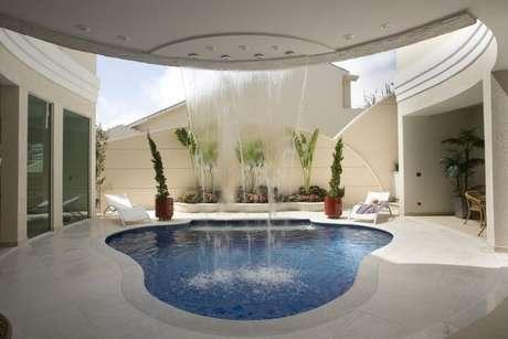 5. A piscina de fibra pequena pode ter o formato que for melhor para o seu espaço. Projeto de Aquiles Nicolas Kilaris