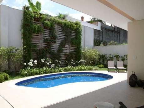 1. A piscina pequena pode mudar completamente a aparência da sua área externa, tornando-a ainda mais atrativa! Projeto de Denise Barretto