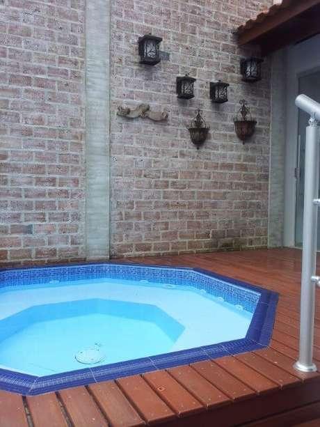 2. Mesmo que seja em um cantinho, é possível, sim, ter casas pequenas com piscina. Projeto de Kelly Petillo