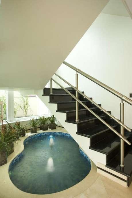 28. Piscina pequena interna embaixo da escada. Projeto de Aquiles Nicolas Kilaris