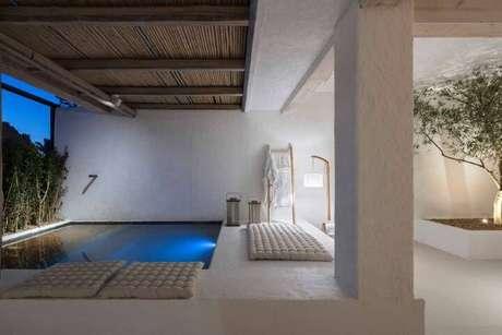 31. Piscina pequena minimalista com futons brancos próximos. Projeto de Casa Cor Brasília 17
