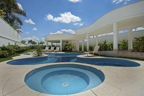 39. Piscina pequena redonda e piscina grande em formato diferente. Projeto de Aquiles Nicolas Kilaris