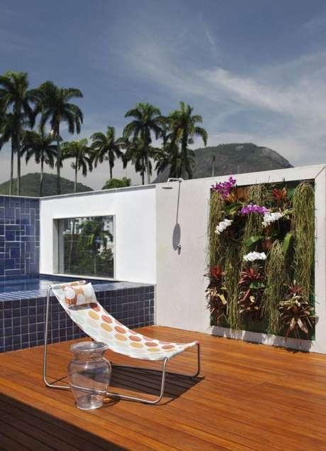 6. A piscina pequena com deck instalada na cobertura aproveita muito bem um espaço que poderia acabar sendo esquecido