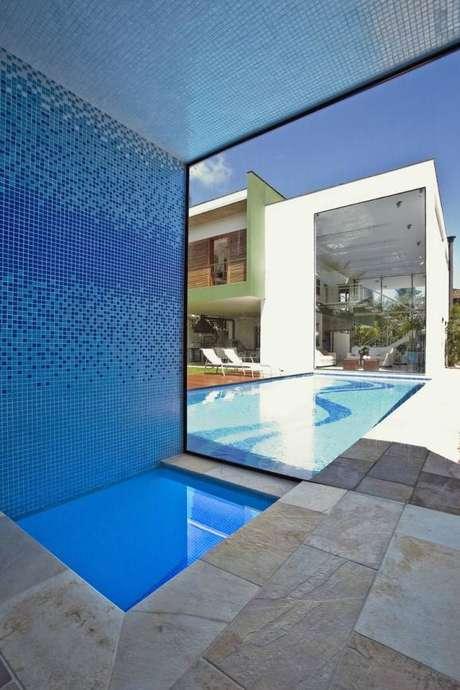 8. A piscina pequena infantil está separada por um vidro da piscina dos adultos