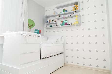 7- O papel de parede para quarto de bebê masculino tem formas geométricas na cor cinza. Projeto: Patricia Bigonha Drummond