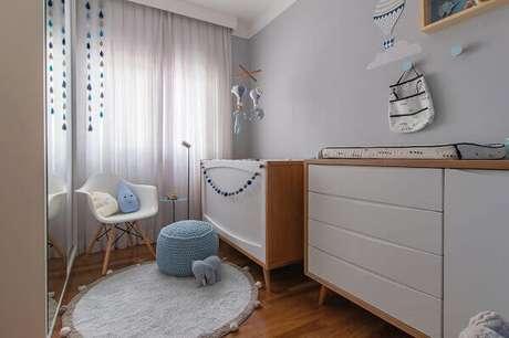 2- O quarto de bebê menino tem cores suaves na parede e cortina leve. Projeto: Noma Estúdio