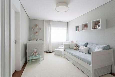 12- A decoração do quarto de bebê masculino tem tons suaves de azul. Projeto: BMG Arquitetura