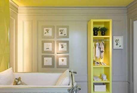 14- A estante amarela decorativa realça a decoração do quarto de bebê masculino simples. Projeto: Diego Revollo