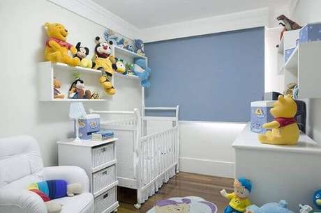 15- Os nichos na parede organizam os brinquedos no quarto de bebê masculino. Fonte: Me Poupe!