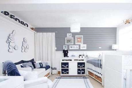 16- Quarto de bebê masculino tem papel de parede listrado e painéis no formato de ursinhos jogadores de beisebol. Fonte: Decoração do Quarto do Bebê