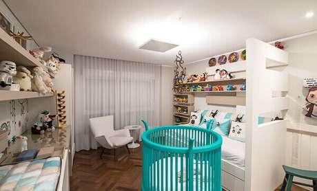 17- O quarto de bebê masculino possui móveis e detalhes em azul turquesa. Projeto: Leonardo Muller