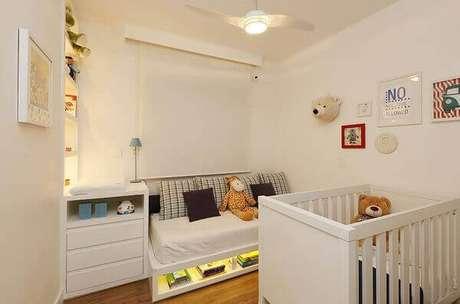 19- O sofá do quarto de bebê menino tem na sua base um nicho com iluminação. Projeto: Casa 2 Arquitetos