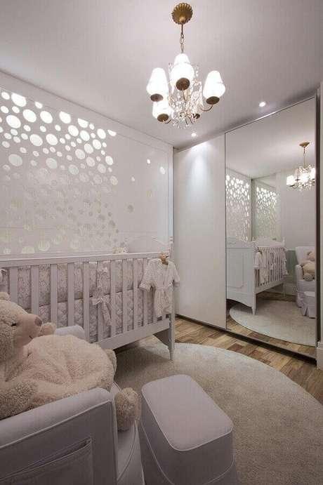 20- Os detalhes espelhados na parede e o armário com a porta de correr proporcionam a sensação de amplitude ao pequeno ambiente. Projeto: Daniella e Priscilla de Barros
