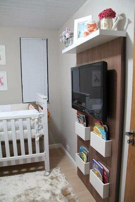 25- O painel com compartimentos é utilizado na decoração de quarto de bebê masculino simples. Projeto: Emeriele Laurido