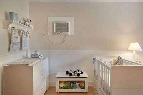 28- Na decoração de quarto de bebê masculino foi utilizado um criado mudo baú para organizar os brinquedos. Projeto: Leticia Araujo