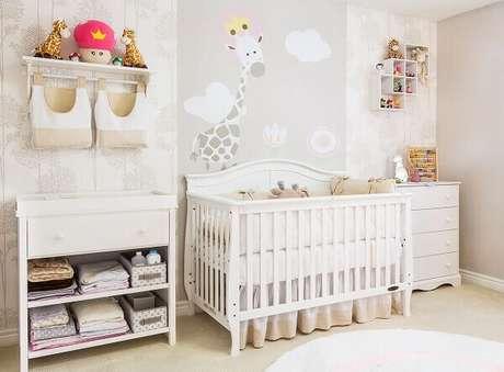 29- O papel de parede com motivos infantis foi utilizado na decoração de quarto de bebê menino. Projeto: Andrea Bento