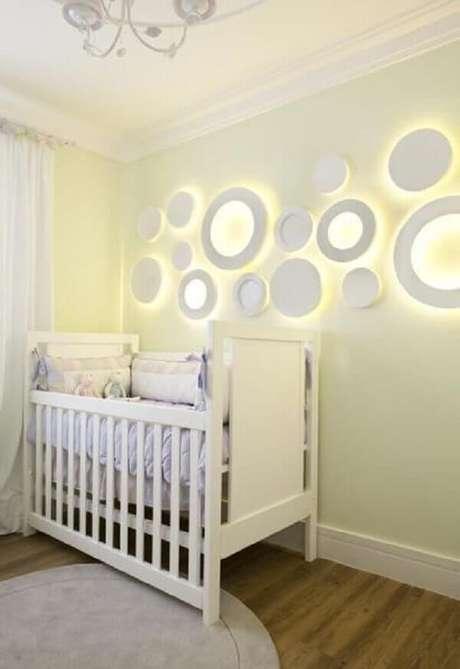 31- Na decoração do quarto de bebê masculino foram colocadas na parede luminárias redondas. Projeto: Adriana Fontana