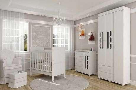 33- O tapete para quarto de bebê masculino tem o mesmo tom da parede cinza. Projeto: Madeira Madeira