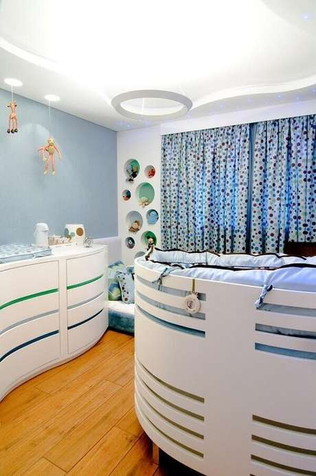 11- O quarto de bebê masculino tem os móveis modernos com linhas curvas. Projeto: Maria Claudia Nassar
