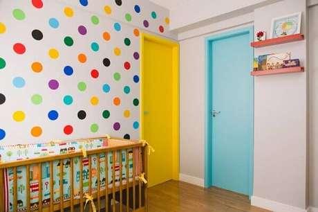 35- A decoração de quarto de bebê masculino simples pode ser valorizada com cores vivas. Projeto: Artesanato Passo a Passo!