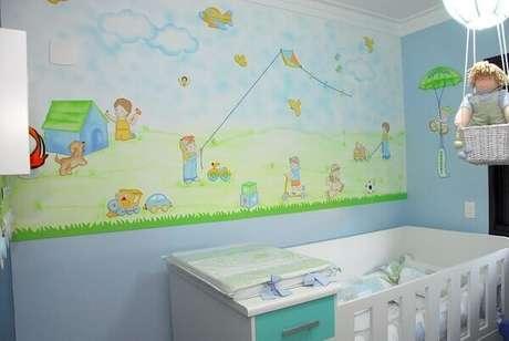 36- A decoração do quarto de bebê menino ganha destaque com os desenhos na parede. Projeto: Sandra Regina Alves Bernardes