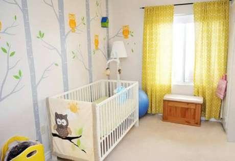 37- No quarto de bebê masculino é usado papel de parede em tons pasteis. Fonte: Constance Zahn