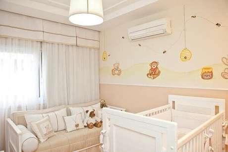 38- Na decoração de quarto de bebê masculino o mesmo tom se repete na parede, sofá e enxoval. Projeto: Lucia Tacla