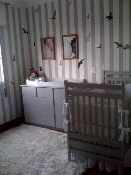39- O tom cinza do papel de parede listrado é da mesma cor do tapete. Projeto: Karen Pisacane