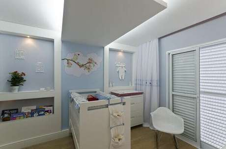 42- A estrutura de gesso no teto sobre o berço abriga a iluminação indireta no dormitório. Projeto: Belissa Corral