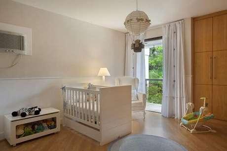 44- O lustre com o tema de balão complementa a decoração do quarto de bebê masculino. Projeto: Leticia Araujo