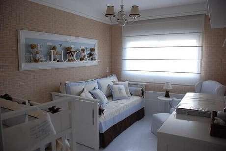 46- A decoração de quarto de bebê masculino tem as paredes pintadas em tom bege escuro. Projeto: Karen Pisacane