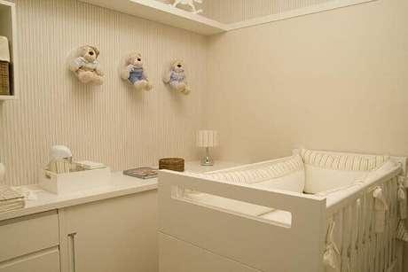 47- Os tons do papel de parede combinam com as cores do enxoval do bebê. Projeto: Lilian Barbieri