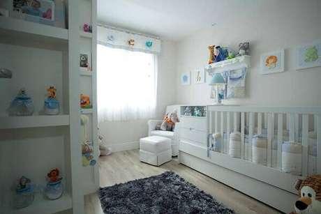52- Na decoração de quarto de bebê masculino o berço e a cômoda com trocador são uma única peça. Projeto: Kali Arquitetura
