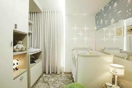 53- A decoração moderna de quarto de bebê menino tem espelho na parede para aumentar a sensação de amplitude. Projeto: Ana Cinthia Lopes