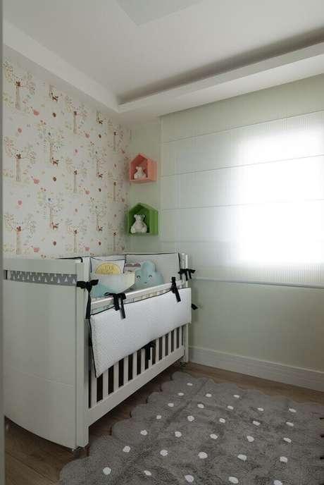 50- Na decoração de quarto de bebê masculino foi utilizado um tapete no mesmo tom dos detalhes e enfeites do berço. Projeto: Danyela Corrêa