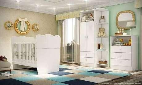 54- O tapete com formas geométricas coloridas realçam a decoração do quarto de bebê masculino simples. Projeto: LojasKD