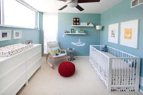 59- O quarto de bebê masculino tem cadeira balanço de amamentação. Fonte: Pequena Mila