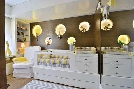 60- O berço com trocador e gavetas em peça única economiza espaço no quarto de bebê masculino. Projeto: BG Arquitetura