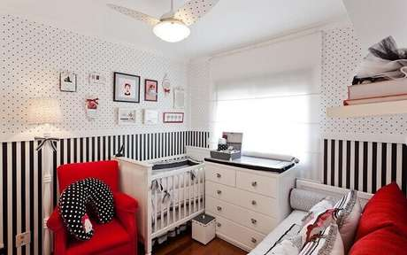 61- Na composição da decoração do quarto de bebê menino foi utilizado papel de parede com bolinhas e listrados. Projeto: Sesso & Dalanezi