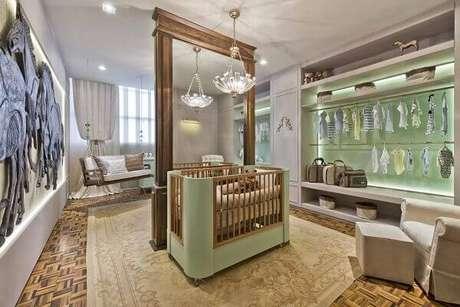 63- O quarto de bebê masculino luxuoso tem painel espelhado para dividir ambientes. Projeto: CasaCor 2016