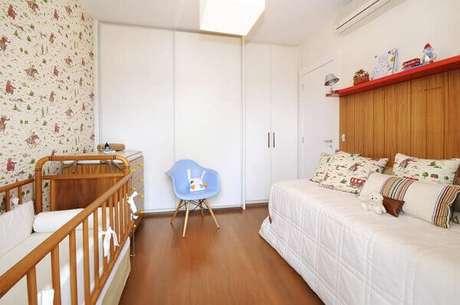 68- A decoração de quarto de bebê menino tem os móveis e o piso em tons de madeira natural. Projeto: Tatiana Coutinho e Roberta Vilela